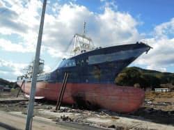港から数百メートル内陸に流された大型漁船(気仙沼市)