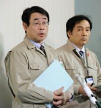 福島市産のコメから国の暫定基準値を超える放射性セシウムが検出され、記者会見する福島県の担当者(16日夜、福島市)=共同