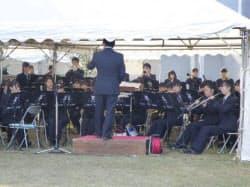 タンガロイの式典で演奏する福島県立湯本高校の吹奏楽部(21日、福島県いわき市)