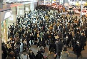 東日本大震災で全ての鉄道が運休し、駅の外にあふれる帰宅困難者(3月11日、東京・新宿駅)