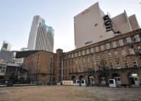 旧精華小学校の周囲には高層ビルなどが立ち並ぶ(大阪市中央区)