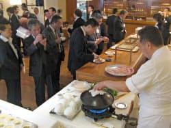 みちのく銀は青森と函館の食材を同時に売り込む商談会を開いた(東京・銀座のレストラン)