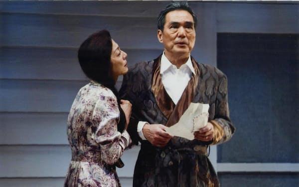 麻実れい(左)と長塚京三