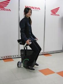 ホンダが開発中の一人乗り電動車両「UniCub」