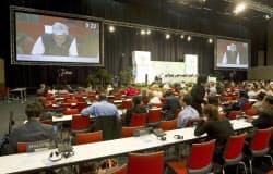 9日、南アフリカ・ダーバンで夜遅くまで議論が続いたCOP17の会議=ロイター