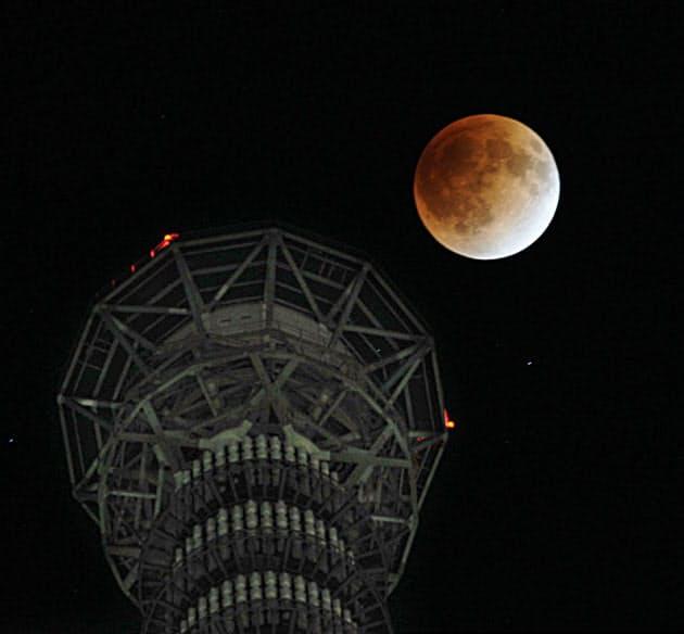 東京スカイツリー上空で観測された皆既月食