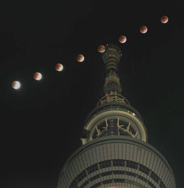 東京スカイツリー上空で観測された皆既月食で徐々に欠ける月(午後10時35分から7分おきに多重露光で撮影)