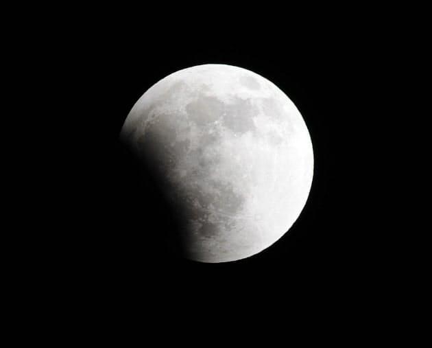 欠け始めた月(10日午後9時58分、東京都墨田区)
