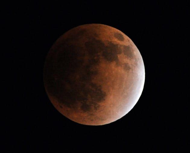 皆既月食になり赤く染まった月(午後11時5分)