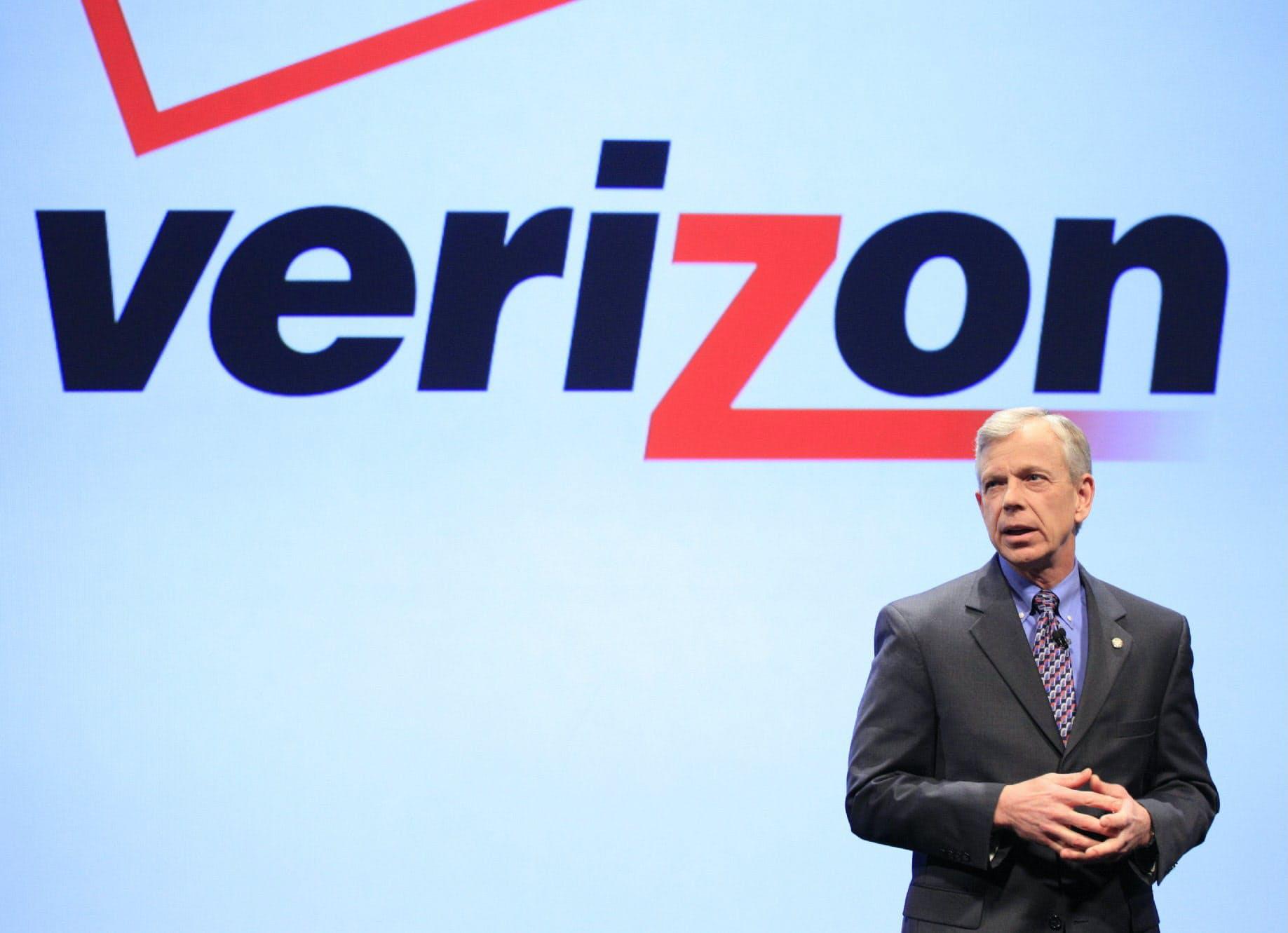 2011年1月ベライゾン・ワイヤレスからのiPhone発売を発表するマクアダム氏=AP