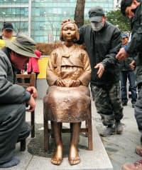 除幕式を前に設置された、旧日本軍の従軍慰安婦の被害女性を象徴する少女のブロンズ像「平和碑」(14日、ソウルの日本大使館前)=共同
