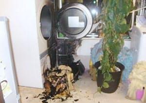 タオルに付いた油が自然発火したエステサロンのボヤの火元周辺(11月、東京都葛飾区)=金町消防署提供