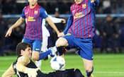 決勝のサントス戦でGKをかわしてゴールを決めるバルセロナのメッシ
