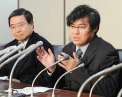 最高裁決定を受け、東京・霞が関の司法クラブで記者会見する「ウィニー」開発者の金子勇氏(右、20日夜)
