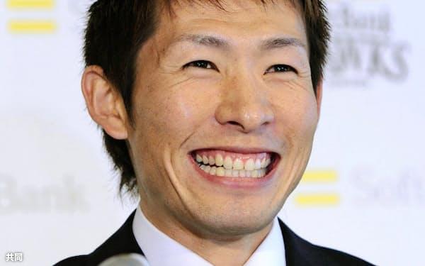 契約更改を終え、笑顔で記者会見するソフトバンクの本多雄一内野手(24日午後、福岡市のヤフードーム)=共同
