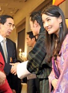 西川・福井県知事(左)はブータン国王に「幸福度日本一」を伝えた(11月、都内)=福井県提供