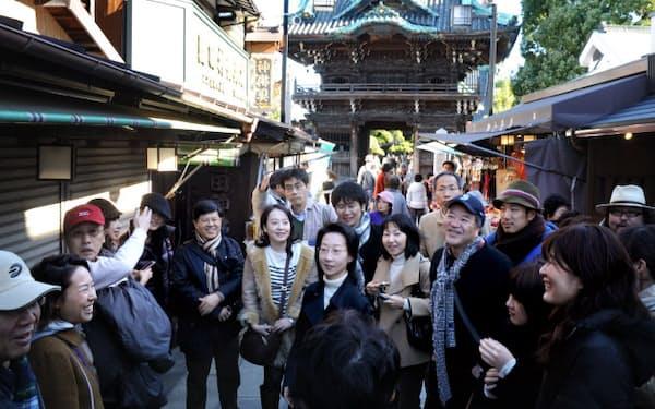 講師の話を聞きながら帝釈天の参道を散策(東京都葛飾区)