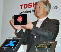 東芝が公開した有機EL画面のタブレット端末の試作機(8日、米ラスベガス)=共同