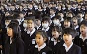 3学期の始業式で校歌を合唱する福島第三小学校の児童(1月4日、福島市)=共同
