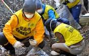民家周辺の除染作業を行うボランティアたち(昨年12月10日、福島市大波地区)
