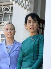 米国や民主化勢力は巨大ダムの工事中断を「英断」と称えたが…(10年12月、ヤンゴンで会談したアウン・サン・スー・チー氏=右=とクリントン米国務長官)