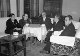 原子力委員会の初会合に臨む(左から)藤岡由夫、湯川秀樹、正力松太郎、石川一郎、有沢広巳の各委員(1956年1月4日、首相官邸、共同)