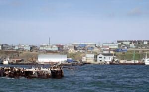 北方領土の国後島市街地。老朽化した建物が多いが、色鮮やかな目新しい建物もある(2010年5月)