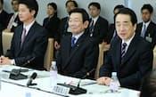 社会保障改革に関する集中検討会議であいさつする菅直人首相(右)。中央は内閣改造で入閣した与謝野氏(2011年2月、首相官邸)