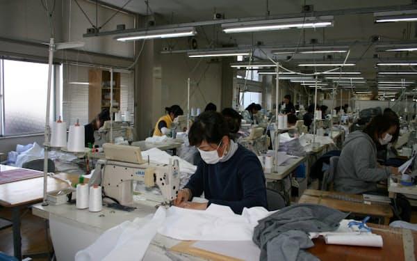 高い技術力を生かし高級シャツを生産する(熊本県人吉市)
