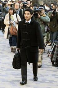 山口県光市母子殺害事件の上告審判決で、最高裁に入る本村洋さん(20日午後)=共同