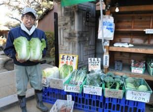 家の前で採れたての野菜を販売する五十嵐宏さん。ちぢみホウレン草やブロッコリーは甘みもたっぷり