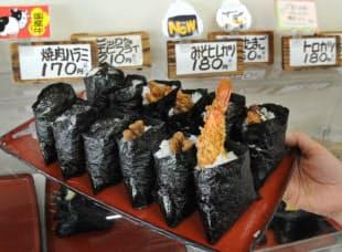 小島米店のおにぎりは45種類。手前は「ビッグなエビフライ」でボリュームも満点