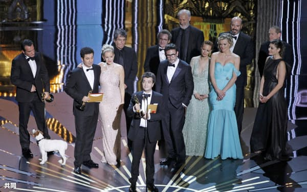 作品賞などを受賞した「アーティスト」の関係者たち(26日、ロサンゼルス)=ロイター