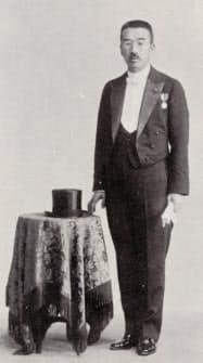 初当選し、昭和天皇の即位大礼に参列した際の松村謙三