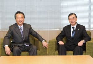 小野寺正KDDI会長(右)と清野智JR東日本社長(東京・大手町)