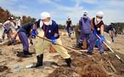 海岸でごみを片付けるボランティア(昨年7月、宮城県七ケ浜町)