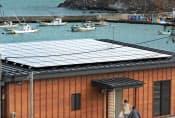 漁協に設置された太陽光パネル(7日、宮城県南三陸町)