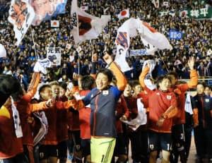 ロンドン五輪出場を決め、サポーターとともに喜ぶ日本イレブン(14日、東京・国立競技場)