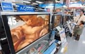 家電量販店に並んだ、シャープ亀山工場生産モデルをうたった液晶テレビ「アクオス」(東京・秋葉原、2005年12月)