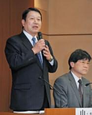 通信障害の再発防止策について説明するNTTドコモの山田隆持社長(左)ら。対策の一環でグーグルに協力を要請したことを明らかにした