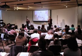 現代アートについて語る小澤慶介さん(左)とロジャー・マクドナルドさん(24日)