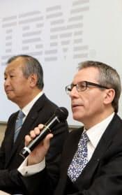 社長交代を発表する日本IBMの橋本孝之社長(左)とマーティン・イェッター次期社長(30日午後、東京都中央区)