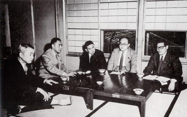 国会収拾を話し合う(左から)松村改進、佐藤自由、河野日自幹事長、和田左社、浅沼右社書記長