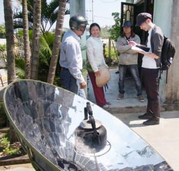 ベトナムで太陽光を使った調理器具の改良に取り組むパナソニック社員
