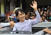 4月1日はミャンマーにとって画期的な日となった。写真は、同国連邦議会補欠選挙で勝利し、笑顔で手を振るアウン・サン・スー・チー氏=共同