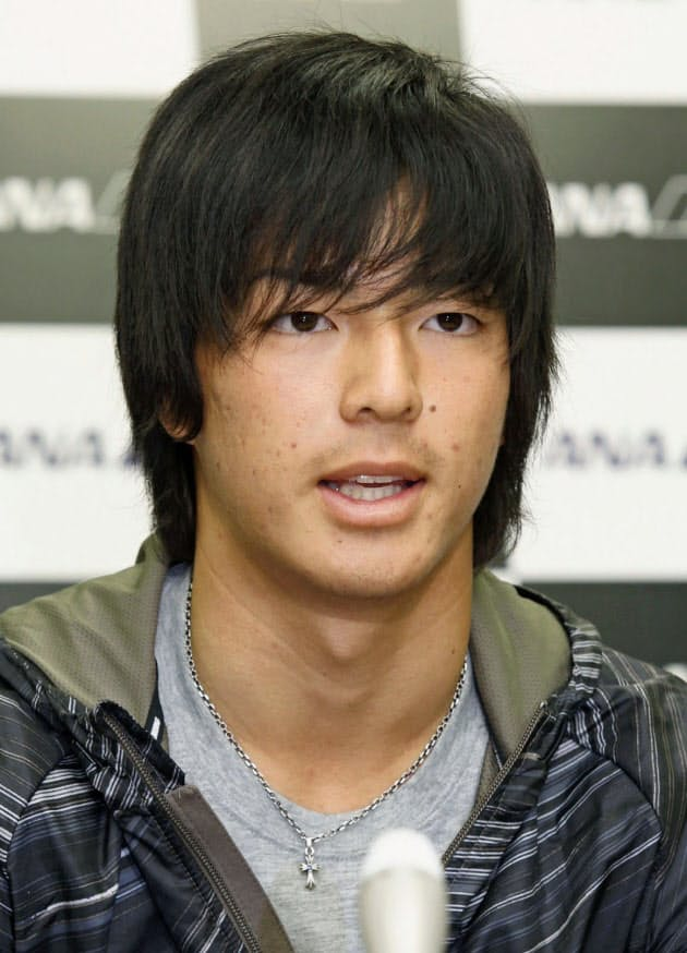 米国から帰国し、記者会見する男子ゴルフの石川遼選手(8日、成田空港)=共同