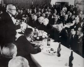 総裁選に出馬し、決起集会であいさつする松村謙三(左)。松村の正面は池田勇人、その右は三木武夫