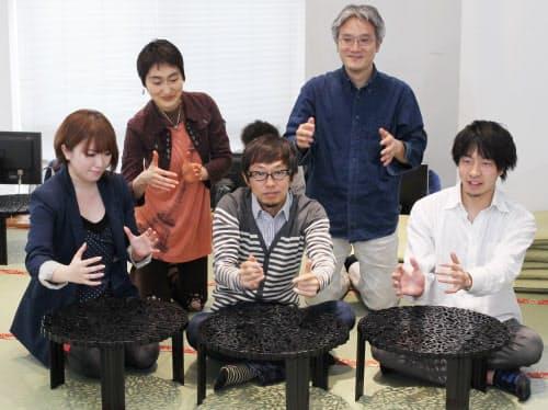 ツイッター上で「一緒にろくろを回してくれる人を募集」と呼びかけたカヤックの柳沢大輔社長(前列中央)ら