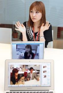 ブログにアップした「エアろくろ」の写真を前に「エアろくろ」をしながらインタビューに答える「キレナビ」編集長の伊藤春香さん