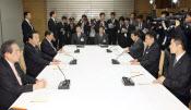 首相や経産相は原発再稼働路線を描く。党内論議見切り発車に慎重派が批判を強めている。原子力発電所に関する四大臣会合(6日、首相官邸)